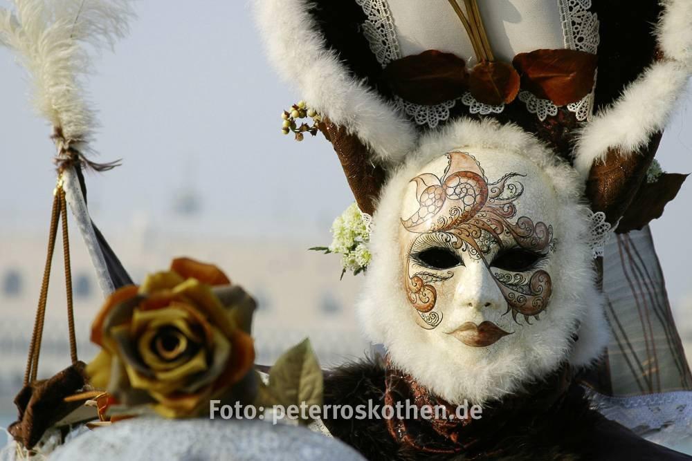 Maske fotografiert ohne Blitz