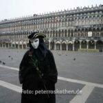 Maske auf dem Markusplatz früh am Morgen