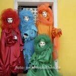 Masken vor Haus auf Burano