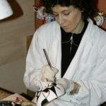 Künstlerin erstellt Masken