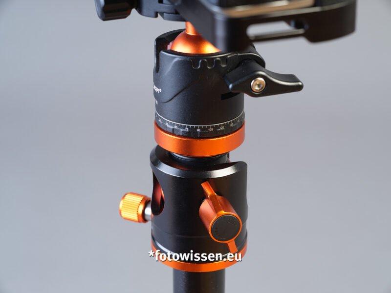 Kugelkopf mit Panoramaknopf (links). Die rechte untere Schraube löst den Mittelsäulenmechanismus für die 90 Grad Funktion.